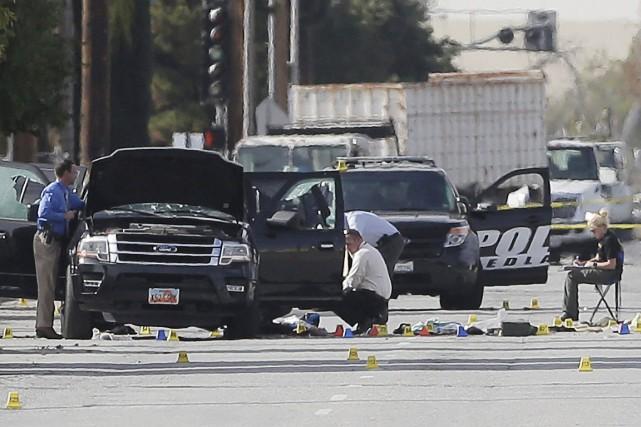 Au lendemain de la tuerie, les enquêteurs cherchaient... (PHOTO CHRIS CARLSON, AP)