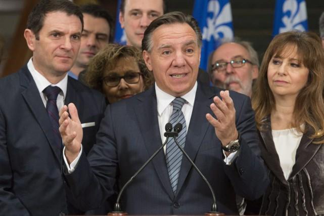 François Legault entouré des membres du caucus caquiste.... (PHOTO JACQUES BOISSINOT, LA PRESSE CANADIENNE)