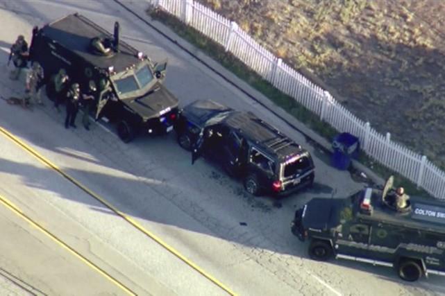 Des policiers sont massés derrière leurs véhicules près... (AP, KTTV)