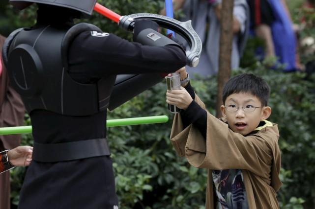 Un jeune participe à un entraînement en compagnie... (PHOTO SCOTT AUDETTE, REUTERS)