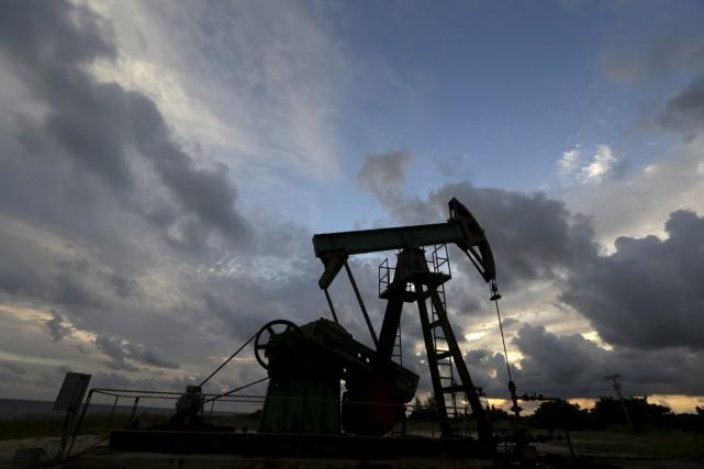 Les cours du pétrole ont encore lourdement chuté vendredi dans un marché... (PHOTO ENRIQUE DE LA OSA, ARCHIVES REUTERS)