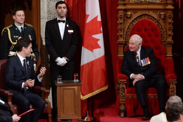 Le premier ministre Justin Trudeau discute avec le... (PHOTO SEAN KILPATRICK, LA PRESSE CANADIENNE)