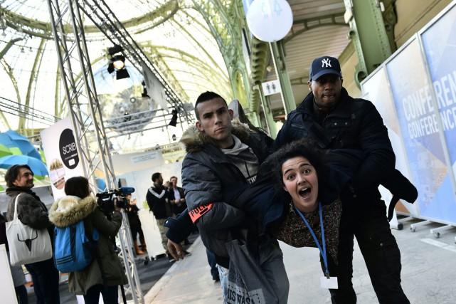 Des policiers ont évacué sans ménagement des militants... (Photo LOIC VENANCE, AFP)