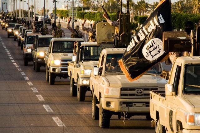 Des membres du groupe armé État islamique paradent... (PHOTO ARCHIVES AFP)