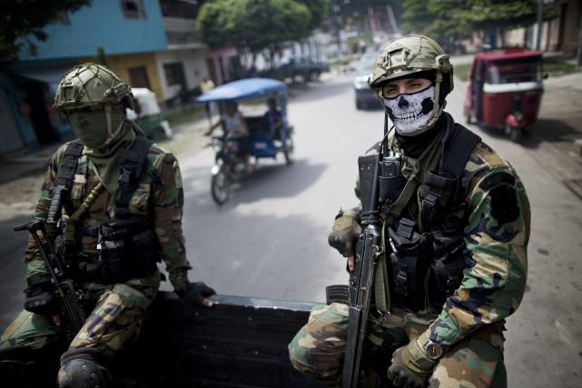 Deux policiers peruviens membres de la brigade anti-narcotiques.... (PHOTO ARCHIVES AP)