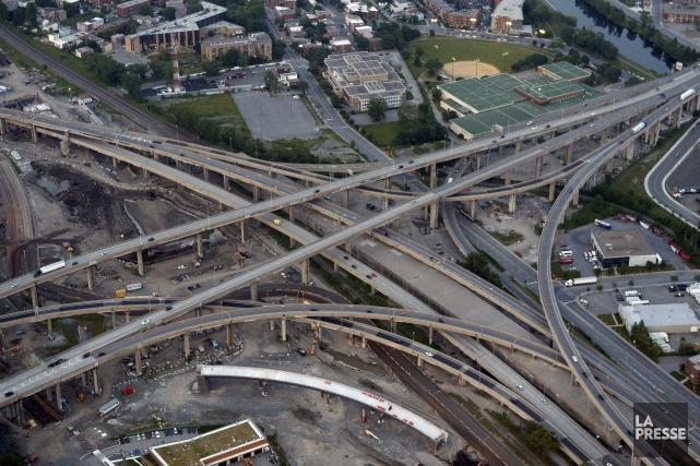Dans l'échangeur Turcot, la bretelle qui relie l'autoroute... (PHOTO BERNARD BRAULT, ARCHIVES LA PRESSE)