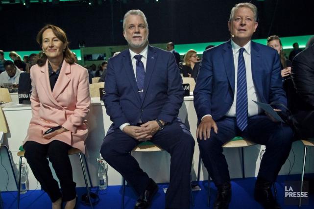 Le premier ministre Philippe Couillard, entouré de l'ancien... (Photo Michel Euler, AP)