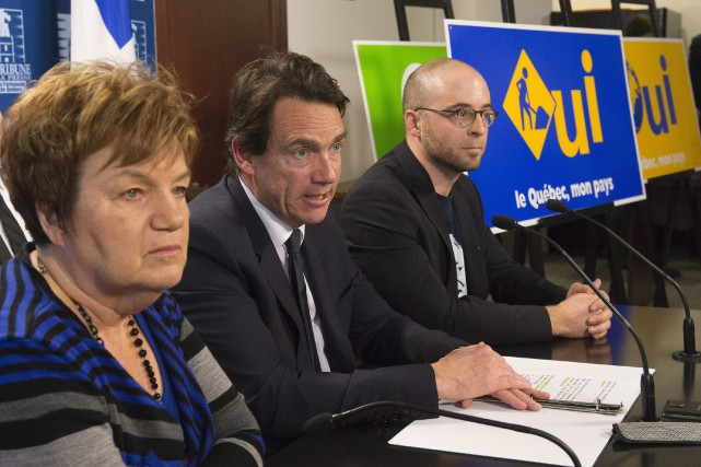 La présidente de OUI Québec,Claudette Carbonneau, aux côtés... (PHOTO JACQUES BOISSINOT, ARCHIVES PC)