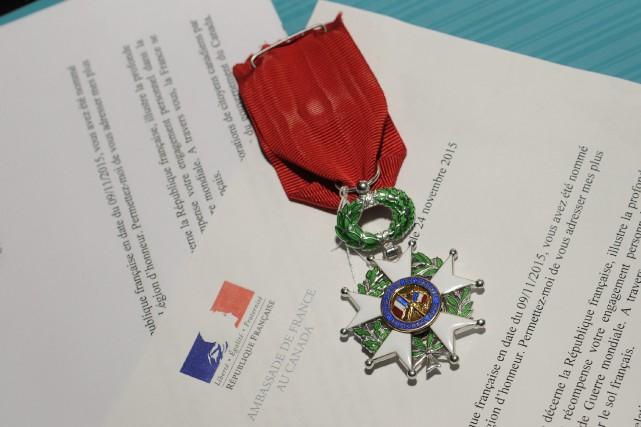 La médaille de Chevalier de l'Ordre national de... (Photo Le Progrès-Dimanche, Mariane L. St-Gelais)