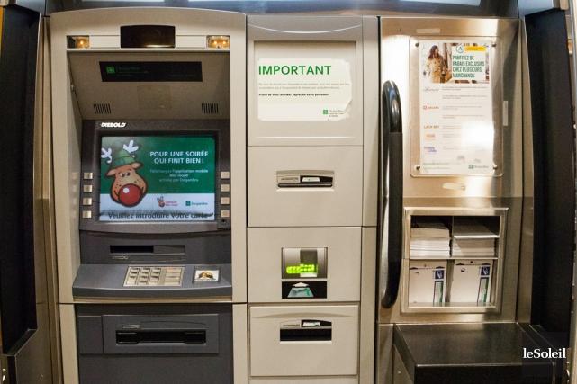 Les guichets automatiques ne représentent plus que 10%... (Archives Le Soleil)