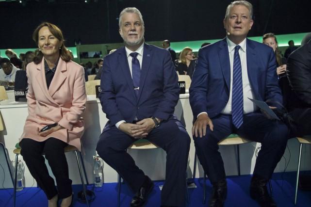 Le premier ministre québécois, Philippe Couillard, flanqué de... (Associated Press)