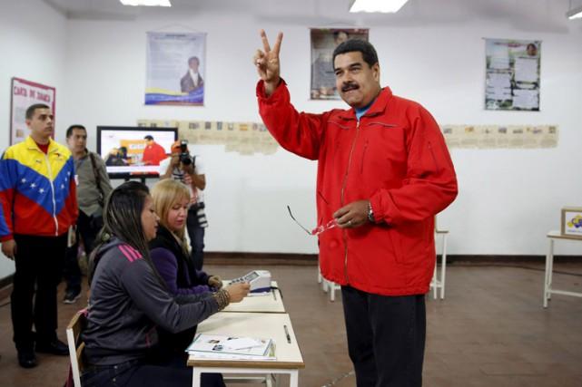 Le président Nicolas Maduro dans un bureau de... (PHOTO REUTERS)