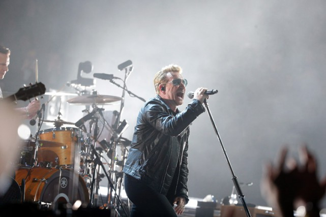 Bono sur scène à l'aréna de Bercy.... (PHOTO AP)