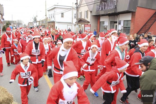 Des centaines de pères Noël ont pris d'assaut... (Martin Brunette, LeDroit)