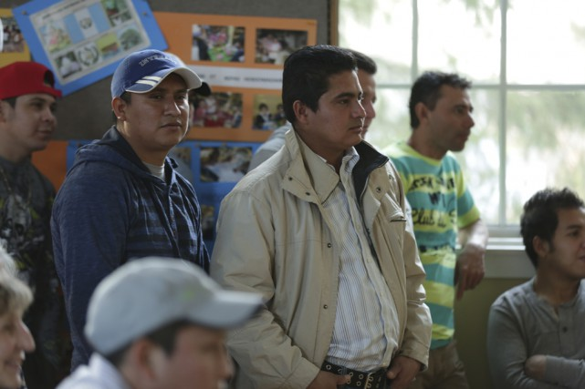 Plusieurs travailleurs guatémaltèques étaient présents à la salle... (photo Catherine Trudeau)
