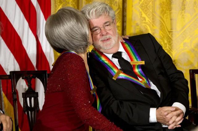 George Lucas reçoit une bise de la part... (AP)