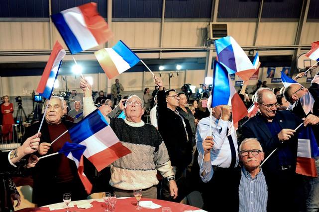 Des partisans duparti Front national célèbrent les résultats... (AFP, Boris Horvat)