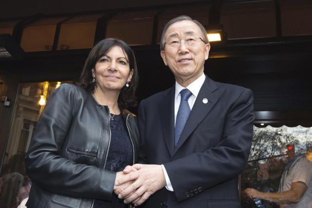 Anne Hidalgo, maire de Paris, etBan Ki-moon,secrétaire général... (AFP, Joël Saget)