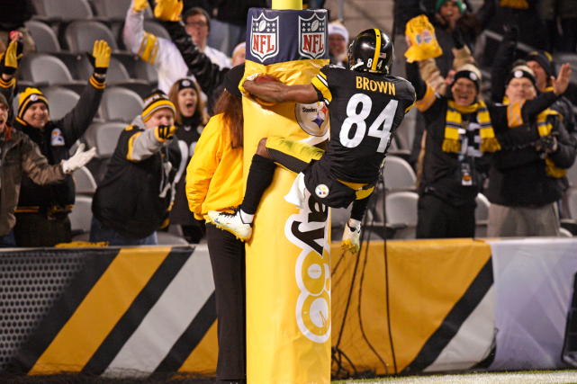 Antonio Brown a inscrit trois touchés dans la... (Photo Don Wright, AP)