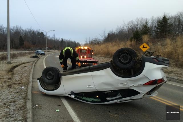 Un véhicule s'est retrouvé sur le toit après... (La Tribune, René-Charles Quirion)