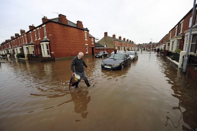 D'autres inondations sont attendues au cours des prochaines... (Photo John Giles, AP)