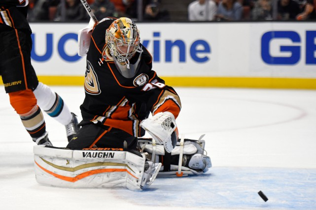 John Gibson domine les gardiens de la ligue présentement... (PHOTO MARK J. TERRILL, AP)