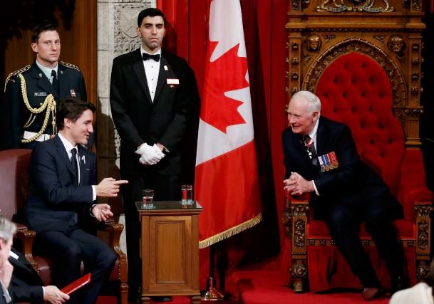 Le premier ministre Justin Trudeau et le gouverneur... (PHOTO CHRIS WATTIE, REUTERS)