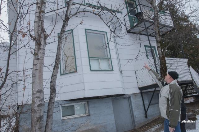 La détérioration d'une fenêtre extérieure laisse croire que... ((Photo Le Quotidien, Michel Tremblay))