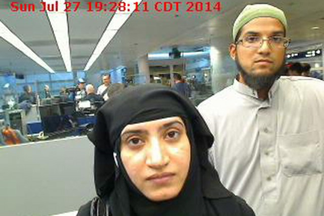 Tashfeen Malik et son mari Syed Farook à l'aéroport... (PHOTO ARCHIVES AFP)