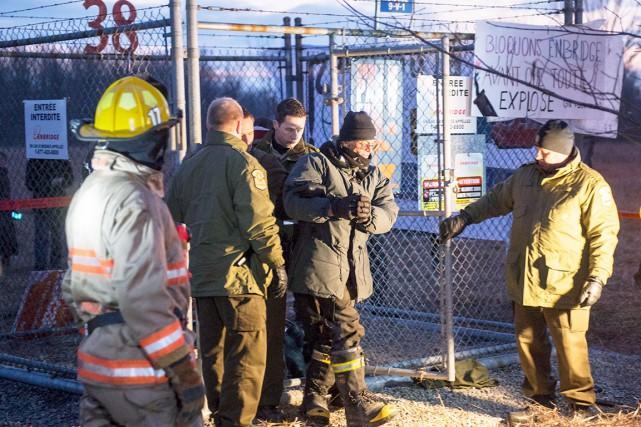 Les policiers arrêtent un des manifestants.... (La Presse Canadienne)