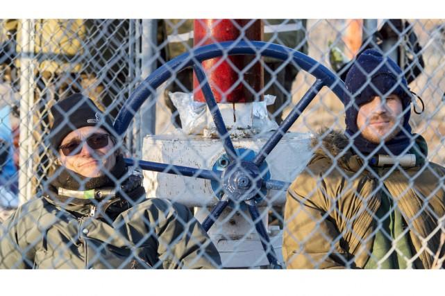 Trois manifestants se sont enchaînés à une valve... (La Presse Canadienne)