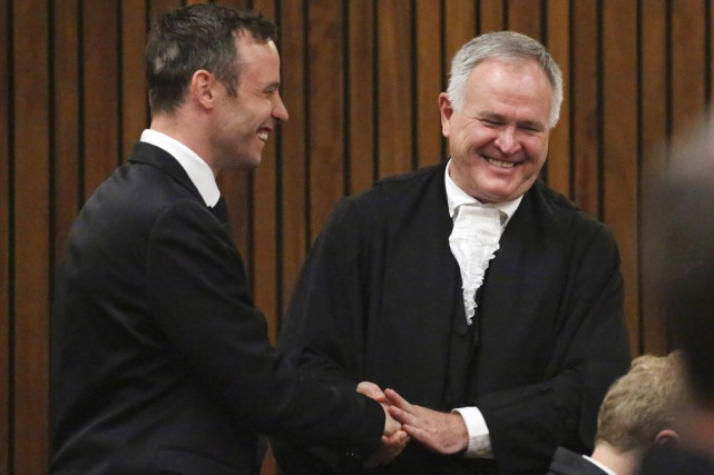 Oscar Pistorius et son avocat Barry Roux à... (PHOTO  SIPHIWE SIBEKO, AFP)
