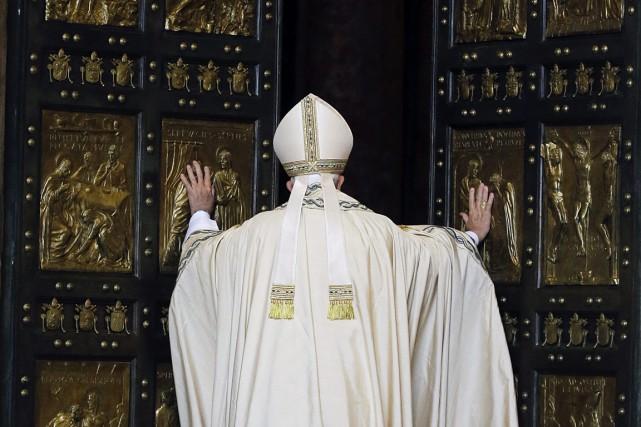 François a poussé la lourde porte en bronze,... (PHOTO GREGORIO BORGIA, AP)