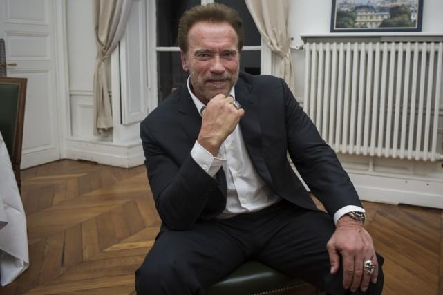 Arnold Schwarzenegger à Paris a posé pour le... (AP, Kamil Zihnioglu)