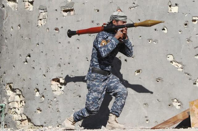 Un membre des forces de sécurité irakiennes muni... (PHOTO AHMAD AL-RUBAYE, ARCHIVES AFP)