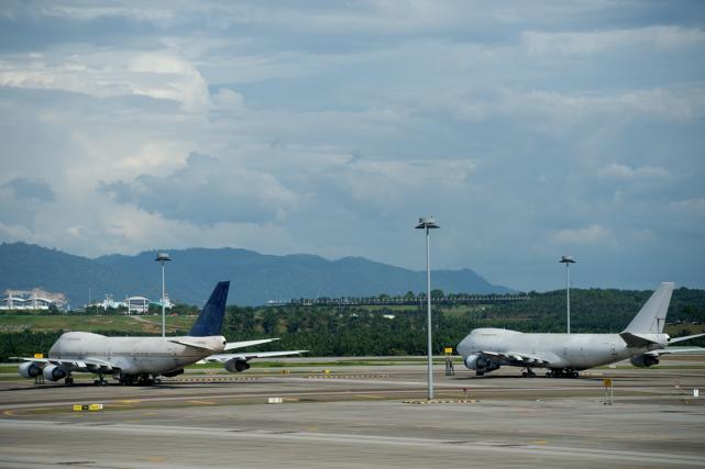 Deux des trois Boeing 747 abandonnés sur le... (Photo Mohd Rasfan, AFP)
