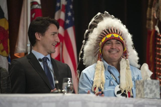 Justin Trudeau etPerry Bellegarde, chef des Premières nations.... (PHOTO ADRIAN WYLD, LA PRESSE CANADIENNE)