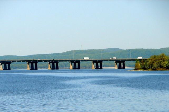 Le pont de l'île-aux-Tourtes, construit sur l'autoroute 40... (PHOTO FOURNIE PAR WIKIPÉDIA)