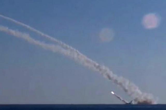 L'armée russe a continué l'étalage de ses capacités... (PHOTO AFP)