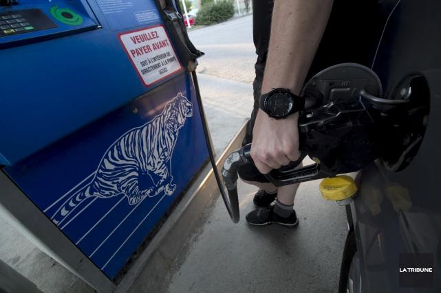 ÉDITORIAL / L'essence est un sujet explosif à Sherbrooke. Son prix est la... (Archives, La Tribune)