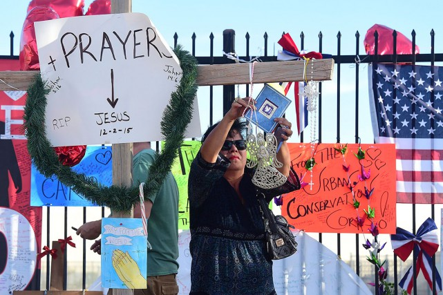 Une femme dépose une carte au mémorial installé... (AFP, Frederic J. Brown)