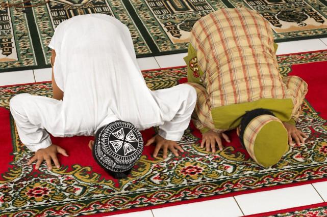 Des enfants musulmans prient dans une mosquée.... (Tjui Tjioe , 123Rf)