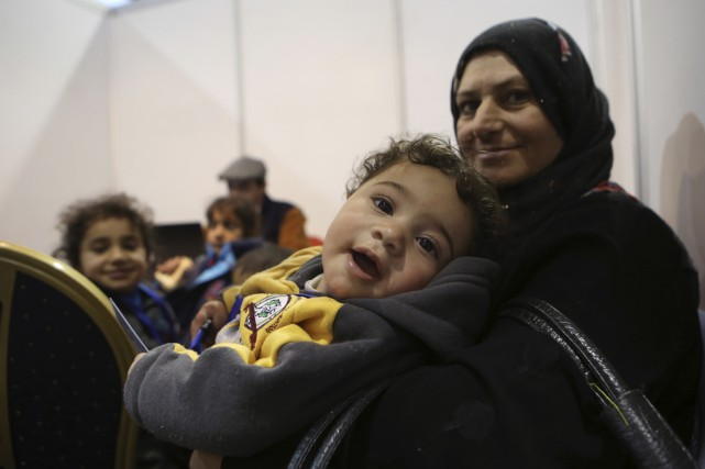 Dans un aéroport de Jordanie, des réfugiés syriens... (Raad Adayleh, The Associated Press)