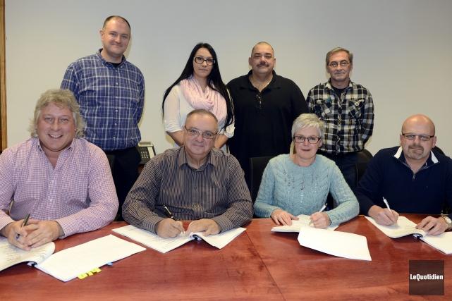 Le Progrès du Saguenay et ses syndicats Unifor ont apposé leur signature au bas... (Photo Le Quotidien, Jeannot Lévesque)