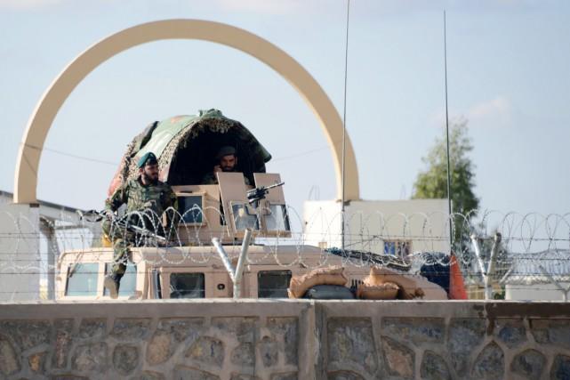 Des soldats afghans sont déployés à l'entrée du... (PHOTO JAWED TANVEER, AFP)