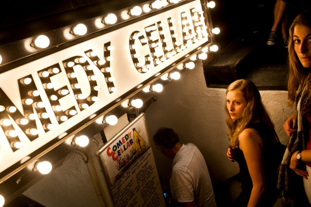 Des amateurs d'humour arrivent au Comedy Cellar, situé dans... (PHOTO BRAD VEST, ARCHIVES THE NEW YORK TIMES)