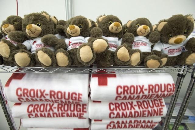 Des ours en peluche et des couvertures vont... (PHOTO PC)