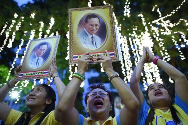 Toute personne offensant le roi Bhumibol Adulyadej, présenté... (PHOTO AFP)