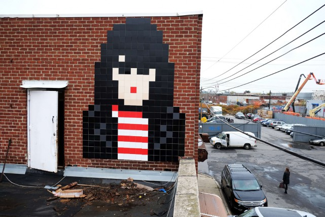 Une des mosaïques de l'artiste Invader, en France.... (Photo archives AFP)
