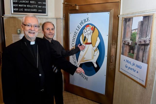 L'évêque de Trois-Rivières Mgr Luc Bouchard et l'agent... (François Gervais)